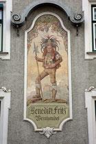 Fresko mit Darstellung eines Saltners (Weinhüter) mit Hellebarde und Schloss Tirol am Haus der ehem. Weinhandlung Benedikt FRITZ, Pradler Straße 36 in Innsbruck-Pradl. Digitalphoto; © Johann G. Mairhofer 2013.  Inv.-Nr. 1DSC06119