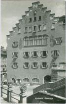 Rathaus der Stadt Kufstein, Oberer Stadtplatz 17 aus dem 16. Jhdt. (im Kern erhalten, nach Umbau 1923 mit Treppengiebelfassade ergänzt). Gelatinesilberabzug 9 x 14 cm; ohne Impressum, um 1950.  Inv.-Nr. vu914gs00562