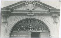 Portalaufsatz am Gebäude der Deutschordenskommende St. Georg in Weggenstein (heute Schülerheim Deutschhaus Marianum). Gelatinesilberabzug 9 x 14 cm; Impressum: A(lfred). Stockhammer, Hall in Tirol 1923.  Inv.-Nr. vu914gs00177