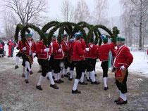 5838 - Die ersten acht Tänzer tanzen in die Mitte und hängen ihre Bögen in die Kronenstange ein, die nächsten acht fügen ihre Bögen außen herum an.