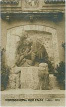 """Wo befindet sich dieses """"Kriegsdenkmal der Stadt Hall"""", Bezirk Innsbruck-Land, Tirol. Gelatinesilberabzug 9 x 14 cm; Impressum: A(lfred). Stockhammer, Hall o.J., postalisch befördert 1917.  Inv.-Nr. vu914gs00676"""