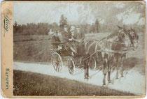 Ausflugsgesellschaft in einer zweispännigen Wagonette auf der Landstraße zwischen Ebbs und Kufstein. Albuminabzug auf Untersatzkarton 16,5 x 11 cm (Cabinet-Format).  Impressum: A(nton). Karg (d.J., 1869-1949), Kufstein um 1890.  Inv.-Nr. vuCAB-00039