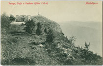 Gipfel vom Großen Penegal (1740m; Mendelkamm, Nonsberggruppe) mit Gasthaus auf Gemeindegebiet von Ruffrè-Mendola, Sarnonico (Trentino), Kaltern und Eppan (Südtirol). Lichtdruck 9 x 14 cm; Stengel & Co. G.m.b.H., Dresden 1900.  Inv.-Nr. vu914ld00285