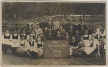 """Erster Haushaltungskurs Rotholz 1926-27"". Gelatinesilberabzug 9 x 14 cm; Impressum: Portrait- und Illustrationsphotograph Ludwig Hajek, Igls.  Inv.-Nr. vu914gs00295"
