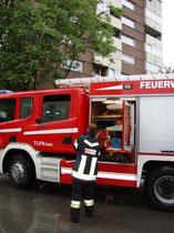 Löscheinsatz der Freiwilligen Feuerwehr Reichenau (Stadt Innsbruck) beim Wohnhaus Reichenauer Ecke Radetzkystraße am 4.8.2011. Digitalphoto; © Johann G. Mairhofer 2011.  Inv.-Nr. DSC01629