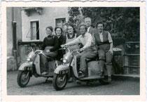 Ausflugsgesellschaft mit Rollern des österreichischen Fabrikats Puch Type 125, Markteinführung 1952. Gelatinesilberabzug 7 x 10 cm, Weißrand, Büttenschnitt.  Inv.-Nr.  vu710gs00001