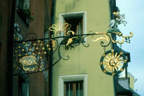 Wirtschild vom Gasthof ZUR POST in Rattenberg, Bezirk Kufstein, Tirol. Farbdiapositiv 24x36mm; © Johann G. Mairhofer 1985. Inv.-Nr. dc135kd5032.11_22