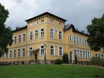 Volksschule in Kitzbühel, Schulgasse 2 mit Elementen des Historismus und des Heimatstils 1906/07 erbaut. Digitalphoto; © Johann G. Mairhofer 2015.  Inv.-Nr. 2DSC02612