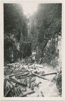 Holzbringung mittels Trift auf der Brandenberger Ache von der Erzherzog-Johann-Klause oder Steinbergklause aus bis zur Kramsacher Lände. Gelatinesilberabzug 9 x 14 cm ohne Impressum um 1940.  Inv.-Nr. vu914gs01176
