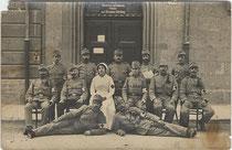 Sanitätspersonal vom K.u.K. Reservespital, 1. Abteilung im AUSTRIAHAUS in Innsbruck, Josef-Hirn-Straße 3 im Oktober 1914. Gelatinesilberabzug 9x14cm; Hans Amos, Innsbruck, Erlerstr. 4.  Inv.-Nr. vu914gs00596