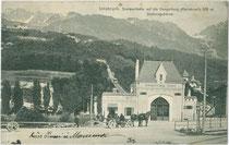Pferdefuhrwerk bei der Talstation der alten Hungerburgbahn in Innsbruck-Saggen, Rennweg Nr. 41. Lichtdruck 9 x 14 cm; Impressum: Verlag von Fritz Gratl, Photograph, Innsbruck 1906.  Inv.-Nr. vu914ld00257
