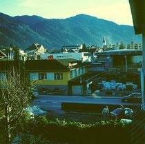 """Ehemaliges Areal der Firmen """"Elektro Margreiter"""" und """"Bauwaren Mayer"""" (nunmehr Areal vom Einkaufszentrum M4) um 1995. Farbdiapositiv 6 x 6 cm; © Johann G. Mairhofer.  Inv.-Nr. dc606.03_18"""