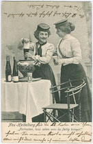 Couleurdamen mit Deckel und Band beim Anrichten einer Feuerzangenbowle (Couleurkarte). Lichtdruck 9 x 14 cm ohne Impressum um 1905.  Inv.-Nr. vu914ld00058