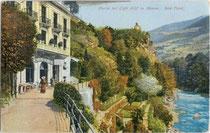 """Partie beim Café """"Gilf"""" an der Passer. Photochromdruck 9 x 14 cm; Impressum: Joh(ann). F(ilibert). Amonn, Bozen 1909.  Inv.-Nr. vu914pcd00104a"""