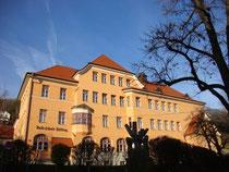 Volksschule in Hötting (Stadtgemeinde Innsbruck), Schulgasse 4; 1912 im Heimatstil errichtet worden. Digitalphoto; © Johann G. Mairhofer 2014.  Inv.-Nr. 2DSC01944