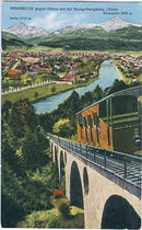 """Fahrgastwagen der Hungerburgbahn beim Befahren des Stampfbeton-Viadukts, um 1910. Kombinationsfarbdruck 9x14cm; Verlag """"Monopol"""" München und Hall in Tirol.  Inv.-Nr. vu914kfd00010"""