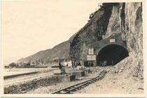 Gleiskörper der Grubenbahn für Ausbrucharbeiten im Seehof-Tunnel (benannt nach dem Hotel links) der Achenseestraße B181 (Finanzierung durch ERP-Fond der USA von 1948-1953). Gelatinesilberabzug 7 x 10 cm (Amateuraufnahme).  Inv.-Nr. vu710gs00008