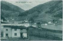 Gemischtwarenhandlung von Joh(ann). & Anna Kröss in Nordheim, Gemeinde Sarntal. Lichtdruck 9 x 14 cm; Impressum: Lorenz Fränzl, Bozen 1926 (postalisch gelaufen).  Inv.-Nr. vu914ld00216