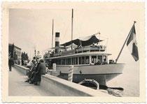 """Motorschiff (vorm. Dampfschiff) """"G(iuseppe). Zanardelli"""", erbaut 1903 von Escher Wyss, Zürich angelegt am Kai von Gardone Riviera am Gardasee. Gelatinesilberabzug 6 x 9 cm, dat. 1938 (Amateuraufnahme).  Inv-Nr. vu609gs00036"""