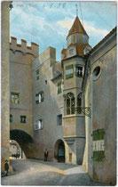 Hof der Burg Hasegg in Hall, Schauplatz der Hochzeit von Maximilian und Bianca Maria Sforza 1494. Kombinationsfarbdruck 9 x 14 cm; Robert Wrger, Innsbruck um 1905.  Inv.-Nr. vu914kfd00017