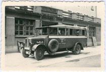"""Cabriolet-Autobus Marke Gräf & Stift, Type V 5, Baujahr 1926 oder später der Deutschen Reichspost, hier im Farbschema der Reichspost blassrot-weiß, bez.: """"Fahrschule Mai - Juni 1941 - Reutte"""". Gelatinesilberabzug 6x9cm, Privatphoto. Inv.-Nr. vu609gs00006"""