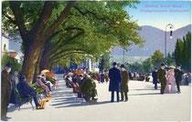 Kurgäste auf der GISELAPROMENADE (heute Kurpromenade) in Meran. Photochromdruck 9 x 14 cm; Impressum: Lorenz Fränzl, Bozen um 1910.  Inv.-Nr. vu914pcd000092
