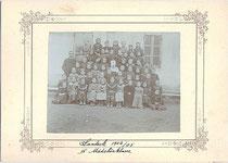 """""""Landeck 1904/05 // IV. Mädchenklasse"""" (Volksschule). Gelatinesilberabzug 11,2 x 14,6 cm auf Gruppenkarton mit Golddruck 18,0 x 24,8 cm ohne Impressum."""
