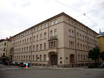Volksschule Franz-Fischer-Straße im Bauzustand seit dem Wiederaufbau 1949 nach Zerstörung im Zweiten Weltkrieg. Digitalphoto, © Johann G. Mairhofer 2011.  Inv.-Nr. 1DSC01585