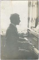 Klavier spielen als Fundament bürgerlicher Hausmusik. Gelatinesilberabzug 9 x 14 cm ohne Impressum (wohl Privataufnahme).  Inv.-Nr. vu914gs00841a