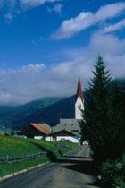 In der Länge und Pfarrkirche St. Petrus und Agnes in Niederolang. Farbdiapositiv 24x36mm; © Johann G. Mairhofer 1998.  Inv-Nr. dc135kn0239.02_12