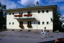 Gartenhotel PUTZKER Garni in Hötting, Layrstraße 2. Farbdiapositiv 24x36mm; © Johann G. Mairhofer 1992.  Inv.-Nr. dc135sc-C11H42.01_04