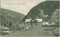 Bad Bachgart (heute psychosoziales Therapiezentrum) in Rodeneck im Pustertal, Bezirksgemeinschaft Eisacktal, Südtirol. Lichtdruck 9 x 14 cm; Impressum: Rud(olf). Largajolli, Brixen 1910.  Inv.-Nr. Vu914ld00290