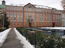 Fassade des Akademischen Gymnasiums in Innsbruck, Angerzellgasse 14 (errichtet 1909/10). Digitalphoto, © Johann G. Mairhofer 2012.  Inv.-Nr. 1DSC02544