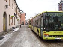 Busbahnhof in Wörgl am Vorplatz vom Hauptbahnhof Wörgl, Bezirk Kufstein, Tirol. Digitalphoto; © Johann G. Mairhofer 2010.  Inv.-Nr. 1DSC01265