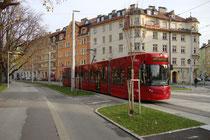 Triebwagen der Innsbrucker Straßenbahn Linie 3 in der Defreggerstraße (Trasse mittlerw. aufgelassen) in Pradl auf der Fahrt stadteinwärts zum Bildbetrachter hin beim Rappoldipark. Digitalphoto; © Johann G. Mairhofer 2014.  Inv.-Nr. 2DSC01905