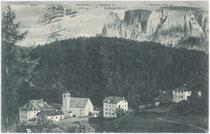 Deutschordenskommende in Lengmoos, Gemeinde Ritten mit Schlernmassiv. Lichtdruck 9 x 14 cm (Bergnamenkarte); Impressum: Lorenz Fränzl, München; postalisch befördert 1908.  Inv.-Nr. vu914ld00075