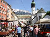 Allwöchentlich Samstags abgehaltener Antikmarkt am Franziskanerplatz (eigentlich: Burggraben) in Innsbruck; aufgenommen im Mai 2012. Digitalphoto; © Johann G. Mairhofer 2012.  Inv.-Nr. DSC03369