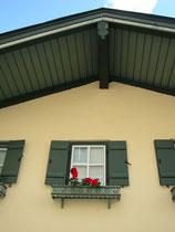 Fassadendetail an einem Haus in der Kirchgasse von Kitzbühel. Digitalphoto, © Johann G. Mairhofer 2015.  Inv.-Nr. 2DSC02717