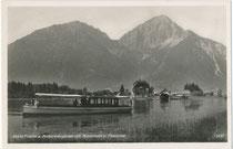 """Motorboot """"Forelle"""" und Bootshaus beim Hotel """"Fischer"""" am Heiterwanger See, Gde. Heiterwang, Bzk. Reutte, Tirol gg. Thaneller in den Lechtaler Alpen. Gelatinesilberabzug 9 x 14 cm; Impressum: G. Bischofberger, Kempten um 1935.  Inv.-Nr. vu914gs01194"""