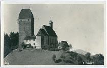 Burg Freundsberg von Nordosten. Gelatinesilberabzug 9 x 14 cm; Impressum: Photo-Kunstanstalt Adolf Künz, Innsbruck, Stafflerstr. 18; postalisch gelaufen 1930.  Inv.-Nr. vu914gs00452