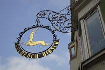 """Wirtsschild im Jugendstil vom ehemaligen Gasthof """"Goldener Hirsch"""" in Kufstein, Unterer Stadtplatz 12 (heute Café Restaurant). Digitalphoto; © Johann G. Mairhofer 2013.  Inv.-Nr. 1DSC07134"""