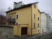 Wohn- und Geschäftshaus mit Garagenanbau Fallbachgasse 16 in Innsbruck-St. Nikolaus, ehemals darin Photoatelier von Johann Frank (heute Firma Thurner Keramik). Digitalphoto; © Johann G. Mairhofer 2016.  Inv.-Nr. 2DSC04140