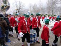 5809 - Jungschäffler, Tänzer mit Fass, Reifenschwinger und Fähnrich bei Ankunft beim Tanzgeber.