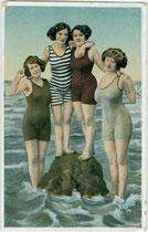 Damenbademode um 1914 (Souvenirbild). Kombinationsfarbdruck 9 x 14 cm; Impressum: Verlag K.V.i.B.  (Verlagsort nicht genannt) Inv.-Nr. vu914kfd00024