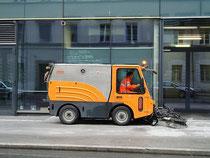 Gehsteig-Kehrmaschine vom Innsbrucker Bauhof beim Campus Universitätsstraße 15. Digitalphoto; © Johann G. Mairhofer 2012.  Inv.-Nr. DSC03312