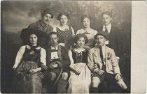Besucher am Alpenvereinsball von 1913 in Innsbruck. Gelatinesilberabzug 9 x 14 cm; Impressum: Hans Amos, Erlerstraße 4, Innsbruck 1913.  Inv.-Nr. vu914gs00776
