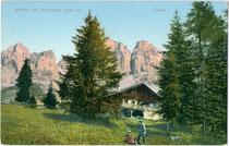 Meierei PLANKENSCHWAIGE am Karerpass im Gemeindegebiet von Welschnofen. Photochromdruck 9 x 14 cm; Impressum: Joh(ann). F(ilibert). Amonn, Bozen um 1905. Inv.-Nr. vu914pcd00258