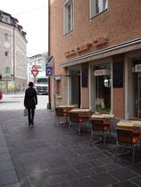 Seilergasse in der Innsbrucker Altstadt am deren westlichen Ende und zugleich Eingang von Marktgraben und Innrain her, wo sich das Pickentor vor dessen Schleifung befand. Digitalphoto; © Johann G. Mairhofer 2011.  Inv.-Nr. 1DSC01518