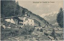 """Schwefel- und Mineralbad """"Bärenbad"""", vom 16. Jh. bis 1958 Kurbetrieb im Oberbergtagl, Gemeinde Neustift im Stubai, Bzk. Innsbruck-Land, Tirol ( heute Alpengasthaus """"Alt Bärnbad""""). Lichtdruck 9 x 14 cm; K. Redlich, Innsbruck 1909.  Inv.-Nr. vu914ld00336"""