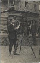 Vermessungsingenieur der Baufirma Ing. Josef Riehl beim Bau der Mittenwaldbahn im Bahnhof Reith bei Seefeld 1911-12. Gelatinesilberabzug 9x14cm; Anonymus/-a.  Inv.-Nr. vu914gs00070
